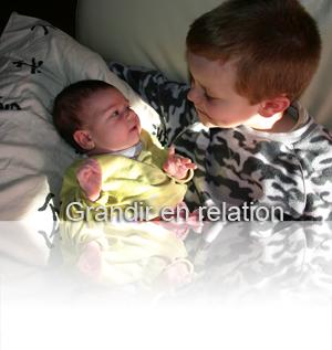 bébé et enfant qui se regardent